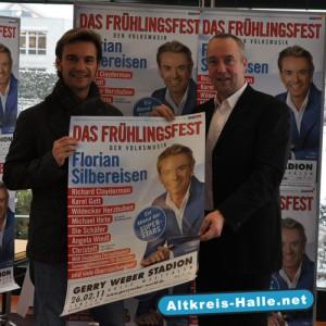 Stolz präsentiert der Entertainer Florian Silbereisen mit dem Gerry Weber Projektleiter Frank Heinkel den Showauftakt zum großen Frühlingsfest der Volksmusik.
