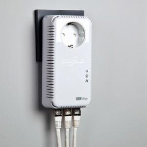devolo dLAN 500 AVtriple+: Ein integrierter Gigabit-Switch mit drei Netzwerkanschlüssen ermöglicht es beispielsweise im Arbeitszimmer Computer, Netzwerk-Drucker und NAS-Festplatte untereinander und mit dem Internet zu verbinden.