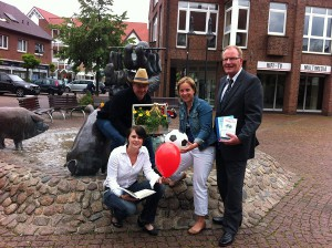 Foto von links: Dirk Tabor (Taboriso Dancing), Jennifer Oldach und Kerstin Walter (Stadtmarketing) und Rainer Eggert (Volksbank Versmold)