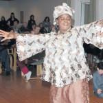 Frauen aus zahlreichen Ländern verbringen gemütliche Stunden im Ratssaal
