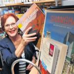 In der Gemeindebibliothek decken sich die Kunden mit der passenden Reiselektüre ein