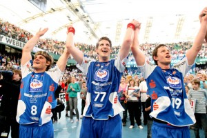 So möchte Jens Bechtloff (links) am Sonntag auch nach dem Duell gegen den THW Kiel gemeinsam mit seinen Teamkollegen Daniel Kubes und Martin Strobel den Heimsieg bejubeln. © TBV Lemgo