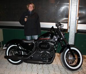 Peter Maffay kommt mit Harley zum Arbeitsplatz angefahren, zum Konzertauftakt rollt diese Harley-Davidson Sportster 1200 auf die Showbühne Gerry Weber Stadion in HalleWestfalen.