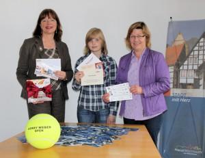 v. l. n r. Bürgermeisterin Anne Rodenbrock-Wesselmann, Paulina Otte und Annegret Prell bei der Auslosung des Haller Preisrätsel