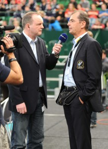 Die Trainerpersönlichkeit des VfB Friedrichshafen, Stelian Moculescu, ist immer ein gefragter Interviewpartner sowie wie hier mit dem TV-Journalisten Hubert Schulte-Hobeling © GERRY WEBER STADION