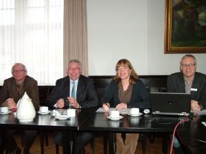 (v.l.) Wolfgang Bölling (SPD-Fraktionsvorsitzender, Mitglied im Regionalrat; Klaus Brandner, MdB; Bürgermeisterin Anne Rodenbrock-Wesselmann; Jürgen Keil, Stadt Halle.