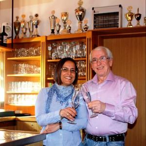 Maria und Franco Ameixa stoßen auf die bevorstehende Freiluft-Saison des TC Blau-Weiss Halle an, die am kommenden Samstag (21. April) startet. Zugleich ist es aber auch ihr Jubiläum, denn seit zehn Jahren führen sie das Clubrestaurant Erlenstuben der Blau-Weissen. © GERRY WEBER WORLD