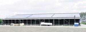 Ökostrom vom Pferdehof: Auf insgesamt 3 000 Quadratmetern Dachfläche bekommt das Steinhagener Reitsportzentrum seit einigen Wochen Fotovoltaikmodule installiert.