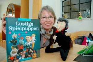 Das Erstlingswerk: Als die Autorin ihre Puppenbuch während eines Bummels im Schaufenster sah, war die Überraschung perfekt. Foto: F. Jasper
