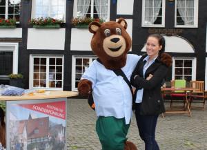 Turniermaskottchen Gerry Berry und Silke Averdiek (Stadtmarketing) haben sich schon einmal auf dem Haller Kirchplatz umgesehen, der am Donnerstag (14. Juni) auch auf dem Programm der kostenlosen Stadtführung steht.