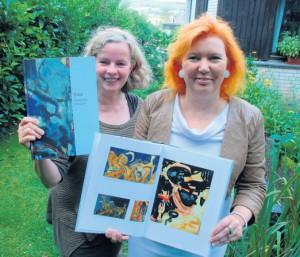 Zufriedene Gesichter: haben Astrid Schütze (links), Vorsitzende des Kulturvereins, und die Designerin Beate Freier-Bongaertz, die hier das druckfrische Kroe-Buch präsentieren. Foto: r. feldkirch