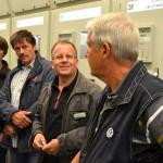 Wie kommt der Strom in die Steckdose? Die Radler bekamen in der Strom-übergabestation Antworten auf unterschiedliche Fragen von TWO Technikchef Jens Kohlmeier (Zweiter von rechts).