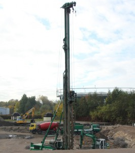 Gewaltige Erscheinung: Die etwa 70 Tonnen schwere Baumaschine wird in zwei Wochen 113 Löcher in die Baugrube des Lindenbads boh-ren.