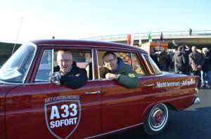 Nicht bremsen – Gas geben: Landrat Sven-Georg Adenauer (rechts) und Michael zur Heiden kamen mit einem roten Merce-des-Oldtimer zur Eröffnung des Teilabschnittes.