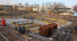 An dem im Bau befindlichen Fundament kann man einen ersten Eindruck ge-winnen, welche Ausmaße das neue Lindenbad haben wird und wie es auf dem Grundstück platziert ist.