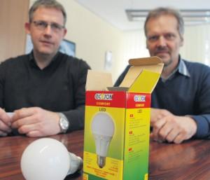 Strom sparen: Die Stadt Borgholzhausen geht mit gutem Vorbild voran und setzt die neue LED-Technik schon bei der Straßenbeleuchtung ein, das berichten Dirk Nolkemper (links) und der stellvertretende Bürgermeister Eckhard Strob. Foto: r. feldkirch