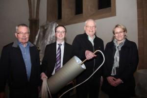 Bringen Licht ins Dunkel: Fritz Ellerweg (links) und Claudia Rohde-Wulf (Finanzkirchmeisterin) freuen sich über die Spende der TWO-Mitarbeiter Karl-Heinz Wöstmann (rechts) und Stefan Kruse.