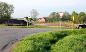 Gut zu erkennen ist bereits jetzt, wo die Umfahrung für den neuen Kreisel am Nordwestende der Erschließungsstraße gebaut wird. Der Standort des Fotografen markiert einen neuen Kreisel, der künftig vier Straßen verbindet.