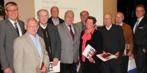 13 Mitglieder halten der Volksbank Halle seit 50 Jahren die Treue. Dafür dankten die Vorstände Rainer Peters (links) und Harald Herkströter (rechts) Hans Zurmühlen, Siegfried Thurau, Dieter Berger, Joachim Holl-mann, Karl-Heinz Meyer gen. Dröge, Renate Poltrock, Herbert Kluth und Siegfried Sdorra aus Halle (von links).