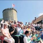 Zum sonnigen Nachmittag mit Gesang und Musik stürmen die Fans den Ravensberg