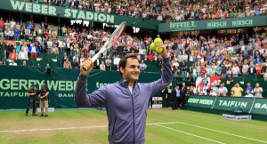 In Jubelpose: Maestro Roger Federer nach seinem Halbfinalsieg bei den GERRY WEBER OPEN 2013.  © GERRY WEBER OPEN (HalleWestfalen)