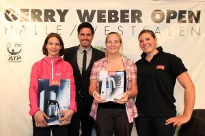 """Am Ladies' Day suchte Melitta, Sponsorpartner der GERRY WEBER OPEN, die schnellste Servierkraft, und """"Bachelor"""" Jan Kralitschka übergab die hochwertigen Preise an (von links): Simone Niemeyer (1. Platz), Katha Zielonkowski (2. Platz) und Alina Sachtleben von Melitta. © GERRY WEBER OPEN (HalleWestfalen)"""