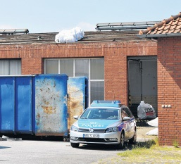 Ehemalige Kfz-Werkstatt: Der Dachdecker stürzte gestern Vormittag aus bisher ungeklärter Ursache durch das Dach dieses Gebäudes an der Woerdener Straße. Foto: F. Jasper
