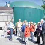 Seniorengruppe der evangelischen Kirchengemeinde lässt sich die Biogasanlage von Jörg Düfelsiek erklären