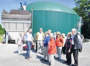So siehts aus: Jörg Düfelsiek (Zweiter von links) zeigt der Seniorengruppe der evangelischen Kirchengemeinde Brockhagen seine Biogasanlage, in der nachwachsende Rohstoffe verwertet werden.