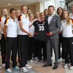 Deutsche Volleyball-Nationalmannschaft der Frauen beim Trikotsponsor
