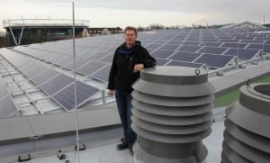 Ingenieur Jörg Steinweg ist für Spezialist für energieeffiziente Technik in Schwimmbädern. Für das neue Lindenbad hat er unter anderem die große Photovoltaikanlage auf dem Dach geplant, die im Januar in Be-trieb geht. Dann wird auch das neue Blockheizkraftwerk montiert, das  50 Prozent des Wärmebedarfes liefern soll.