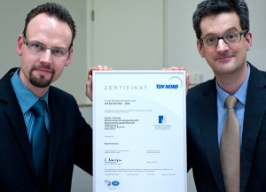 Freuen sich über die ISO-Zertifizierung des TÜV Nord: Michael Fortmann und Dr. Roland Tomik (von links) von der Haller Steuerberatungs- und Wirtschaftsprüfungskanzlei Tomik + Partner.