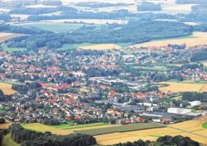 Borgholzhausen aus der Luft: Die Stadt hat sich seit den Zweiten Weltkrieg wit in die umgebende Landschaft hinein ausgedehnt. Die Frage ist, wie diese Entwicklung weitergehen soll.