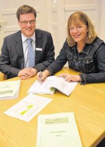 Kämmerer Jochen Strieckmann und Bürgermeisterin Anne Rodenbrock Wesselmann stellen den Haushaltsentwurf für 2015 vor.  FOTO: N. DONATH