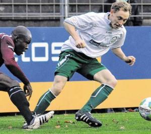 Rechts wie links einsetzbar: Gerrit Weinreich (rechts) - hier im Trikot des FC Güterslog - darf ab dem Januar für den SC Peckeloh in Pflichtspielen auflaufen.