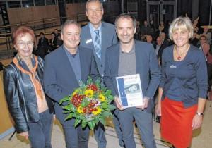 Christian Decker (Zweiter von links) und André Habermann (Zweiter von rechts) werden das neue Böckstiegel-Museum bauen. Mit den Siegern des Architekturwettbewerbs und den jetzt vom Kuratoriumder Böckstiegel-Stiftung ausgewählten Planern vom Büro h.s.d. aus Lemgo freuen sich –von links: Ursula Bolte (Vorsitzende der Böckstiegel-Stiftung), Sven-Georg Adenauer(Landrat und Vorsitzender des Kuratoriums der Böckstiegel-Stiftung)und Beate Balsliemke (Geschäftsführerin der Böckstiegel-Stiftung). FOTO: D. H. SEROWY