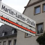 Jetzt gilt der neue Name: Martin-Luther-Straße